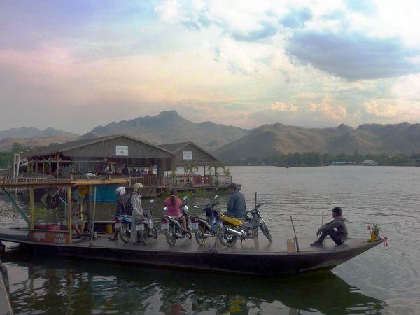 Traversée en bateau vers notre hôtel sur une île sur la rivière Kwaï