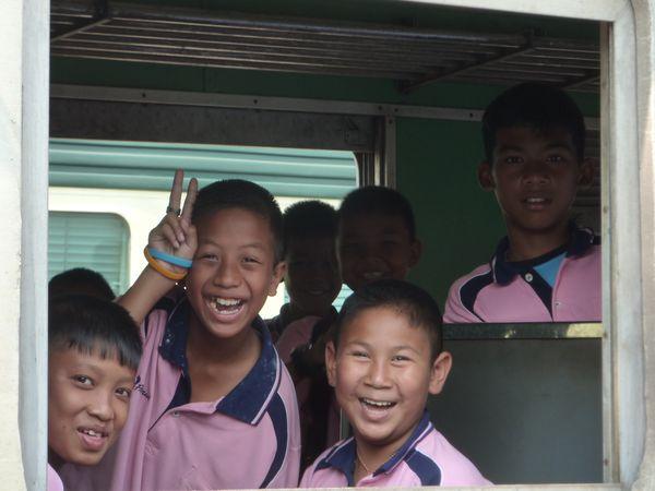 Train de touristes ridicules : ils ont jamais vu d'autochtones ou quoi ?