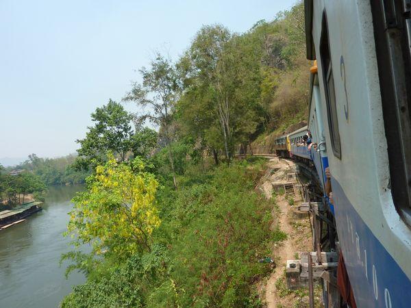 Train remontant la rivière Kwaï vers Nam Tok